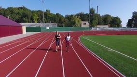Воздушная киносъемка 2 марафонцов которые бегут наряду с летним днем видеоматериал