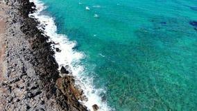 Воздушная муха вдоль ясных голубых моря и пляжа, Крита, Греции видеоматериал