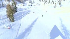 Воздушная муха над лыжниками в лыжном курорте Vogel акции видеоматериалы
