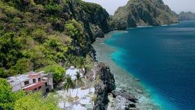 Воздушная муха над святыней Matinloc вдоль береговой линии El Nido, Palawan, Филиппины Эксцентричные утесы горы известняка и видеоматериал