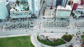 Воздушная панорама дороги miami brickell городского с multistoried зданиями, солнечные острова приставает к берегу акции видеоматериалы