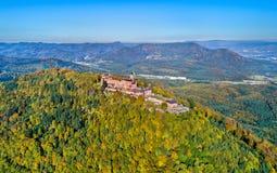 Воздушная панорама замка du Haut-Koenigsbourg в горах Вогезы alsace Франция Стоковое фото RF