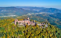 Воздушная панорама замка du Haut-Koenigsbourg в горах Вогезы alsace Франция Стоковая Фотография RF