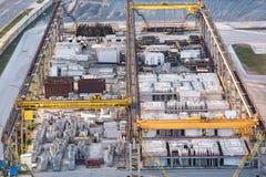 Воздушная панорама на запасе склада строительных материалов от птиц-глаза высоты большой склад продукта бетона армированного стоковое изображение