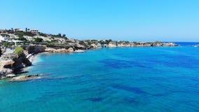 Воздушная панорама пляжа Крита и голубое море, Греция акции видеоматериалы