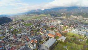 Воздушная панорама родного города фабрики Swarovski, величественной горной цепи вокруг сток-видео