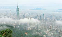 Воздушная панорама Тайбэя, столицы Тайваня, на туманном утре стоковые изображения rf