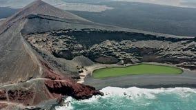 Воздушная панорамная эстакада зеленого озера El Golfo o видеоматериал