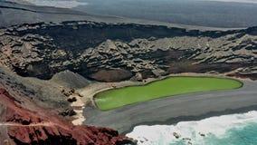 Воздушная панорамная эстакада зеленого озера El Golfo o акции видеоматериалы