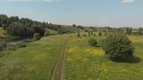 Воздушная перспектива, сторона вниз, полет вперед вдоль макадама и плоский Green River в природе акции видеоматериалы