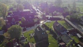 Воздушная станция маленькой лодки в небольшой деревне Голландии Станция шлюпки для двигая каналов видеоматериал
