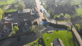 Воздушная станция маленькой лодки в небольшой деревне Голландии Станция шлюпки для двигая каналов сток-видео