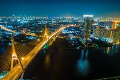 Воздушная сторона реки моста движения ночи взгляд сверху с городом стоковое изображение rf