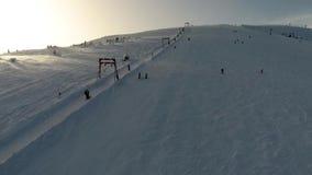 Воздушная стрельба, катается на лыжах покатые лыжники сток-видео
