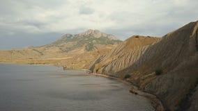 Воздушная стрельба красивого залива лисы в Крыме Изумительная воздушная съемка горной породы в Крыме Полет над утесами и сток-видео
