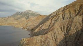 Воздушная стрельба красивого залива лисы в Крыме Изумительная воздушная съемка горной породы в Крыме Полет над утесами и видеоматериал