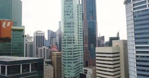 Воздушная стрельба небоскребов и крыш зданий в течение дня в деловом ц сток-видео