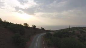 Воздушная съемка автомобиля проходя на шоссе к горам съемка Управлять над дорогой перевала к красивому акции видеоматериалы