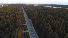 Воздушная съемка восхода солнца дороги вне города в лесе сельской местности с картами и тележки проходя покупку - следовать сняты видеоматериал