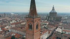 Воздушная съемка колокольни церков Santa Maria del Кармина в Павии, Италии стоковые изображения