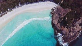 Воздушная съемка красивого пляжа сигналя вне акции видеоматериалы