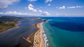Воздушная съемка красивых голубых чистых вод и озеро в Корфу Греции Стоковая Фотография