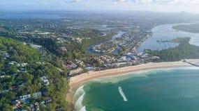 Воздушная съемка линии побережья вокруг Noosa в побережье солнечности стоковое изображение