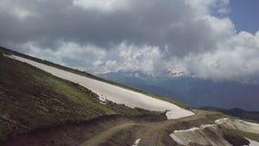 Воздушная съемка максимума дороги змейки на горах khutor roza видеоматериал