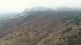 Воздушная съемка Медленный полет через туман над горным пиком акции видеоматериалы