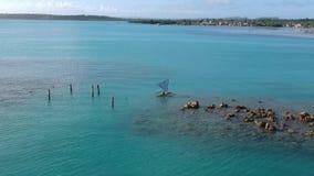 Воздушная съемка над местным рыболовом в традиционном паруснике акции видеоматериалы