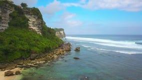 Воздушная съемка на пляже около скалы Бали Uluwatu видеоматериал