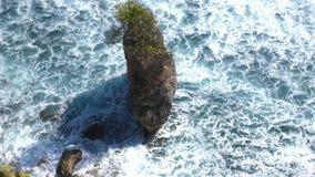 Воздушная съемка океанских волн и скалы Волны моя вверх на малом острове Стоковая Фотография RF