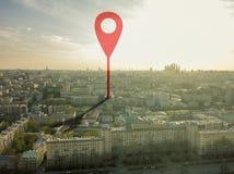 Воздушная съемка отметки указывая на улицы города Европы во время захода солнца b стоковая фотография rf
