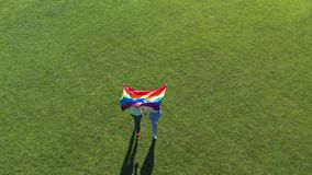 Воздушная съемка пар lgbt идя с флагом гордости видеоматериал