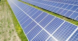 Воздушная съемка: Полет над панелями солнечных батарей, альтернативное energie акции видеоматериалы