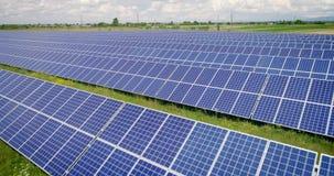 Воздушная съемка: Полет над панелями солнечных батарей, альтернативное energie сток-видео