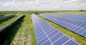 Воздушная съемка: Полет над панелями солнечных батарей, альтернативное energie видеоматериал