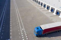 Воздушная съемка промышленного дока загрузки склада, тележки с Semi трейлерами нагрузить товар стоковое фото rf