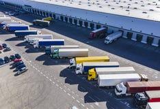 Воздушная съемка промышленного района склада где много тележек нагружают товар стоковые изображения