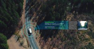 Воздушная съемка собственной личности управляя тележками управляя на шоссе леса акции видеоматериалы