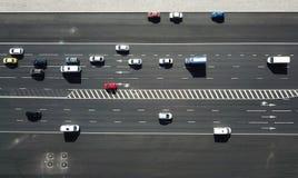 Воздушная съемка трутня движения на дороге на солнечном дне стоковые изображения