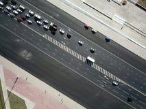 Воздушная съемка трутня затора движения на дороге на солнечном дне стоковая фотография