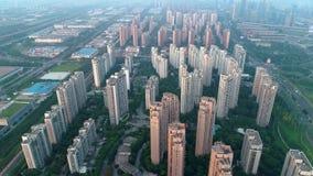 Воздушная съемка трутня над жилыми жилыми домами на заходе солнца Полет над комплексом апартаментов общины с современным видеоматериал