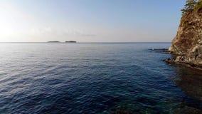 Воздушная съемка трутня среднеземноморского пляжа рано утром E видеоматериал