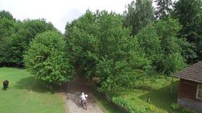 Воздушная съемка Укомплектуйте личным составом и женщина ехать тандем велосипеда сток-видео
