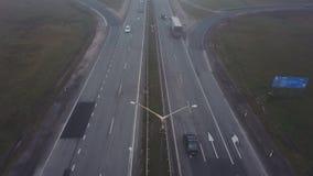 Воздушная съемка Управлять автомобилей дорогой Взаимообмен перехода Езда автомобилей под и над мостом туман толщиной акции видеоматериалы