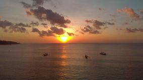 Воздушная съемка 3 шлюпок ` s рыболова в море на времени захода солнца Трутень двигает ОН назад сток-видео