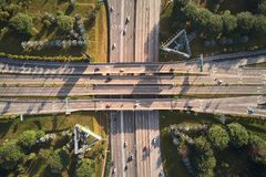 Воздушная съемка шоссе с перекрестной картиной стоковые фотографии rf
