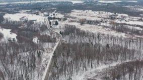Воздушная устанавливая съемка curvy уединенной дороги во время зимы видеоматериал