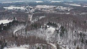 Воздушная устанавливая съемка curvy уединенной дороги во время зимы сток-видео